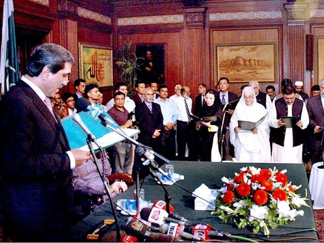Governor Punjab administrating oath to newly elected punjab govt. PHOTO: APP