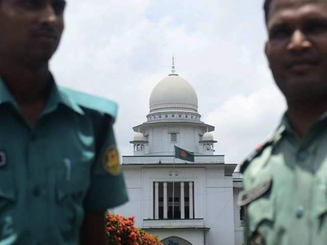 Bangladeshi police stand guard in front of the high court in Dhaka on August 1, 2013. PHOTO: AFP