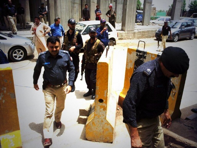 A view of police officers reaching the Express News office. PHOTO: JAHANZAIB HAQUE
