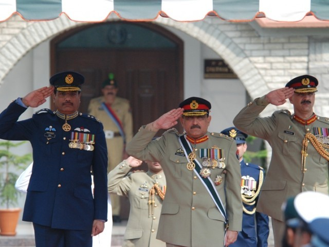 General Khalid Shameem Wynne (C), the outgoing Chairman Joint Chiefs of Staff Committee reviewing the guard of honour presented to him by a tri-services contingent during a farewell ceremony held at the Joint Staff Headquarters. PHOTO: ISPR