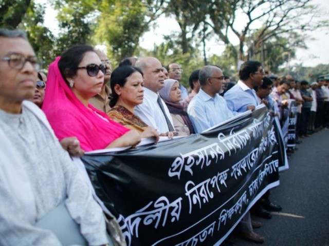 Teachers from the University of Dhaka, loyal to Bangladesh Nationalist Party (BNP), stand in a human chain during a nationwide protest in Dhaka. PHOTO: REUTERS