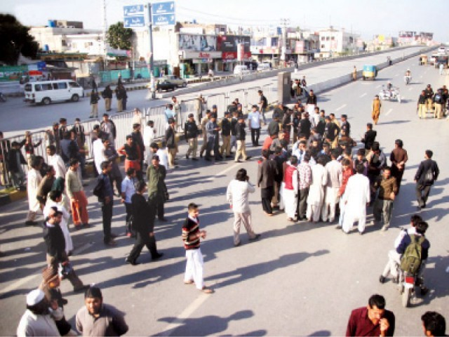 Relatives of the victim blocked Benazir Bhutto Road after he was pronounced dead. PHOTO: ONLINE