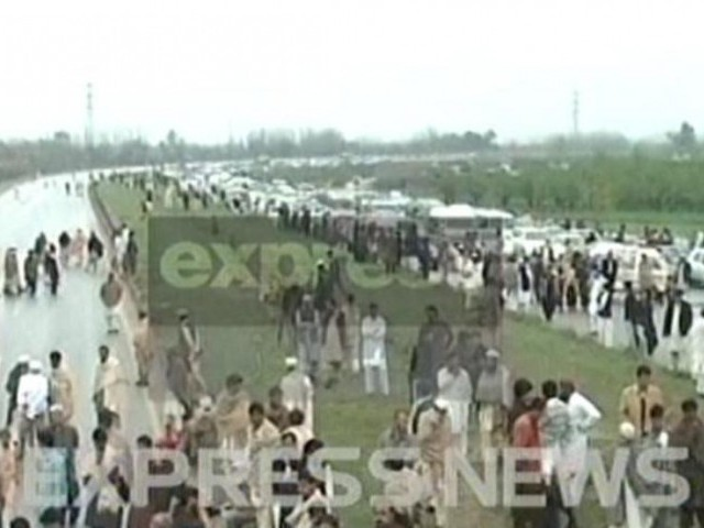 An Express News screengrab of the blocked Peshawar-Islamabad motorway.