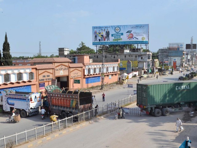 Murree Road has been blocked to stop supporters of Dr Tahirul Qadri from reaching Benazir International Airport. PHOTO: NNI