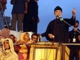 PAT chief Tahirul Qadri addressing his supporters on Tuesday. PHOTO: NNI