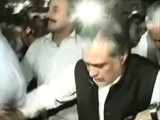Finance Minister Ishaq Dar has reached the PAT sit-in to hold talks. PHOTO: EXPRESS NEWS SCREENGRAB