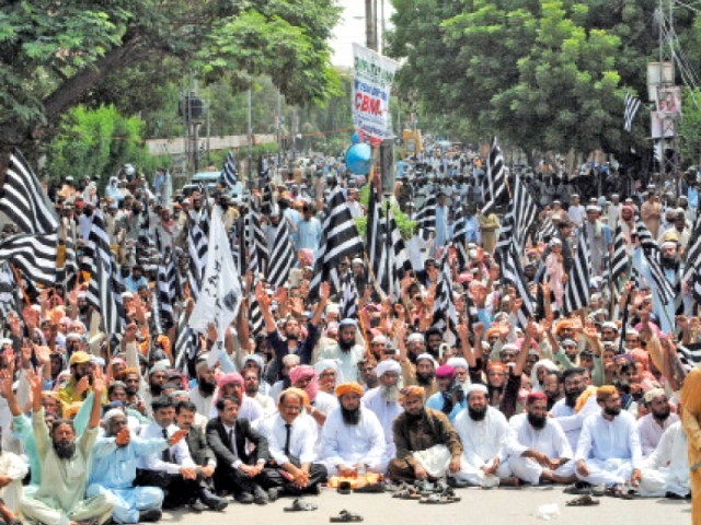 Thousands of JUI-F supporters staged a protest sit-in in front of the Hyderabad Press Club on Thursday against PTI's prolonged sit-in in Islamabad. PHOTO: EXPRESS