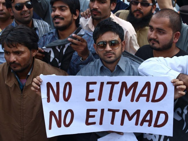 People affected from biometric system chant slogans against Etimad. PHOTO: PPI