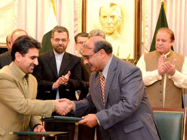 Prime Minister Nawaz Sharif (R) witnessing agreement signing ceremony between Pakistan and Iran. PHOTO: PID