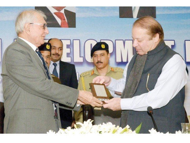 Balochistan Governor Muhammad Khan Achakzai presents a souvenir to Prime Minister Nawaz Sharif. PHOTO: PPI
