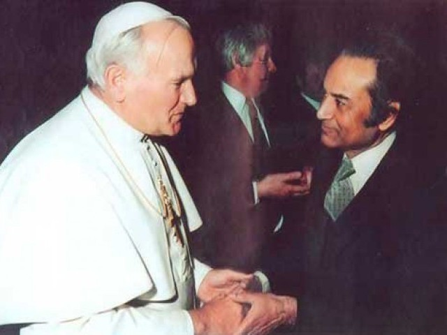Agha Hasan Abedi meeting the Pope. PHOTO: FILE
