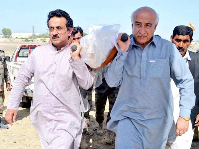 Balochistan CM Dr Abdul Malik Baloch shoulders the body of a victim of the Turbat massacre. PHOTO: EXPRESS