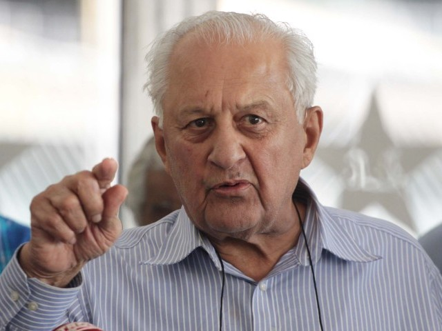 Shahryar Khan addressing a press conference at Gaddafi stadium, Lahore. PHOTO: Malik Shafiq/ Express