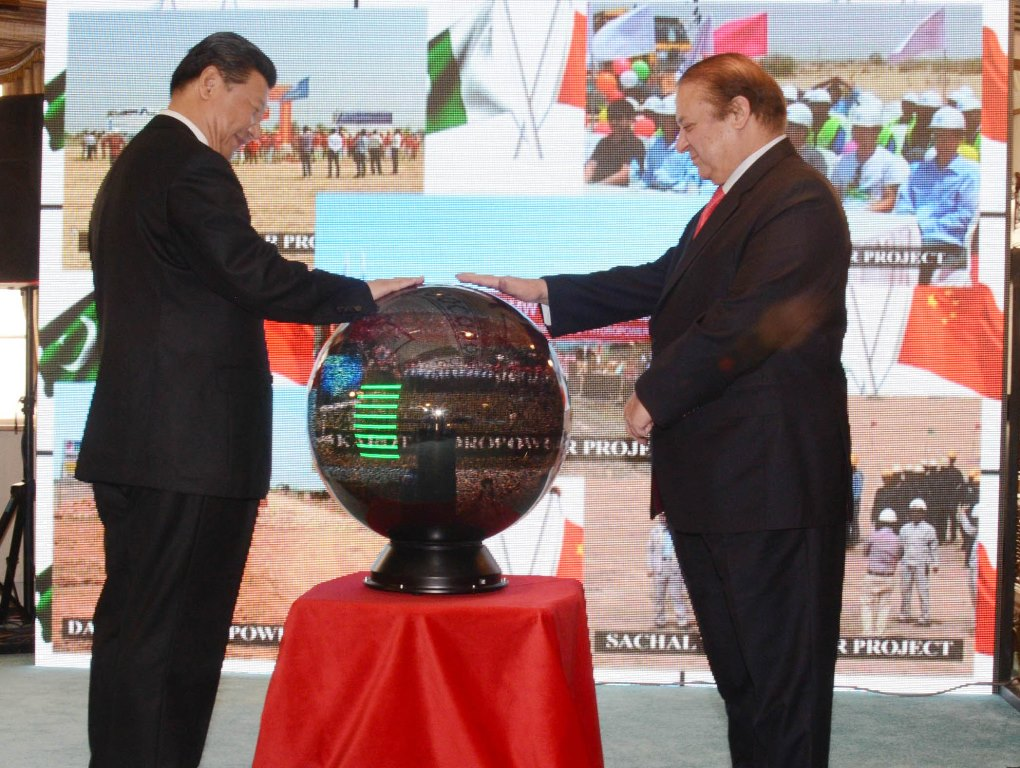 Prime Minister Nawaz Sharif and Chinese President Xi Jinping inaugurate projects through video link in Islamabad on April 20, 2015. PHOTO: PID