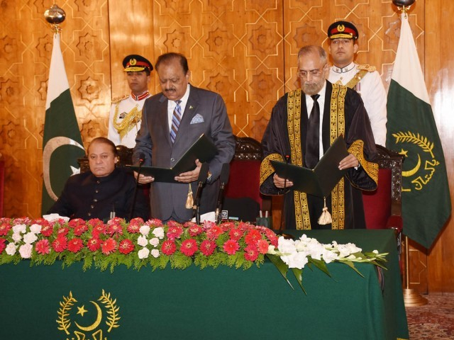 President Mamnoon Hussain administers the oath of office to Justice Anwar Zaheer Jamali as Chief Justice of Pakistan at the Aiwan-e-Sadr in Islamabad on September 10, 2015. PHOTO: PID