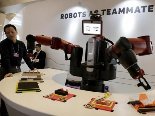 A Baxter robot of Rethink Robotics picks up a business card as it performs during a display at the World Economic Forum (WEF), in China. PHOTO: REUTERS