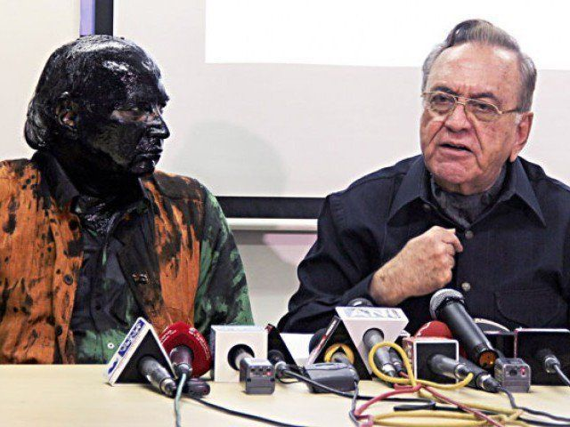 Indian activist Sudheendra Kulkarni (L), whose face was blackened by ink in an alleged attack, looks on as former Pakistani foreign minister Khurshid Mahmud Kasuri speaks to media in Mumbai on October 12, 2015. PHOTO: AFP