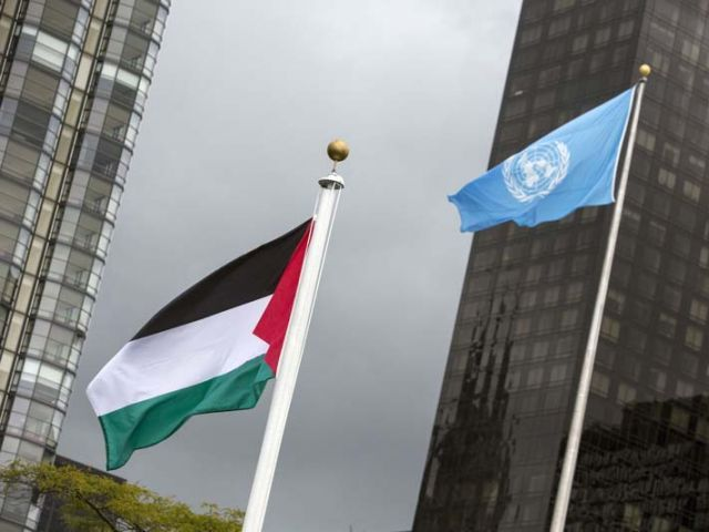 The flag of Palestine flies beside the UN flag after being raised by Mahmoid Abbas on October 1, 2015. PHOTO: REUTERS