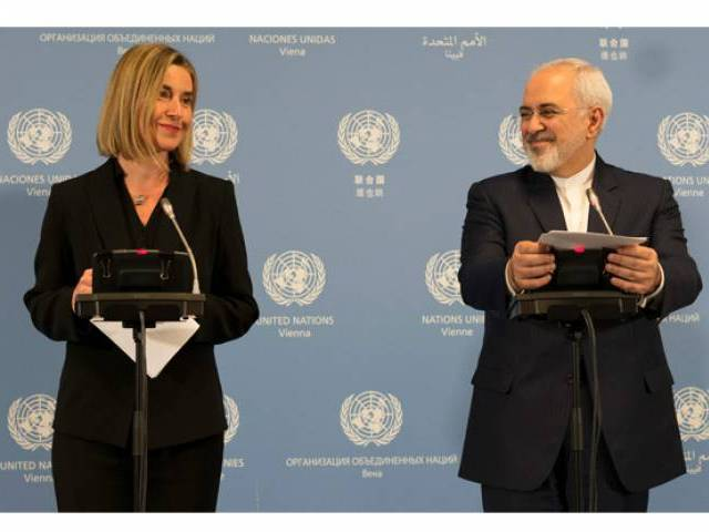 Iranian Foreign Minister Mohammad Javad Zarif (L) and EU foreign policy chief Federica Mogherini hold a joint press conference during the E3/EU+3 and Iran talks at the International Atomic Energy Agency headquarters in Vienna on January 16, 2016. PHOTO: AFP