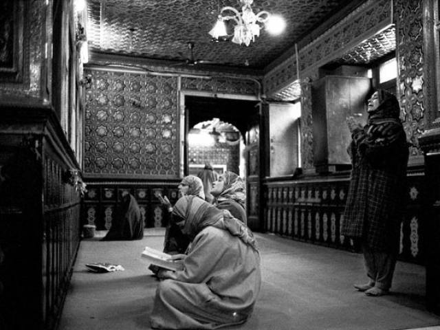 Sheikh Abdul Qadir Jeelani shrine. Women come to the shrine with   requests. PHOTO: François Struzik