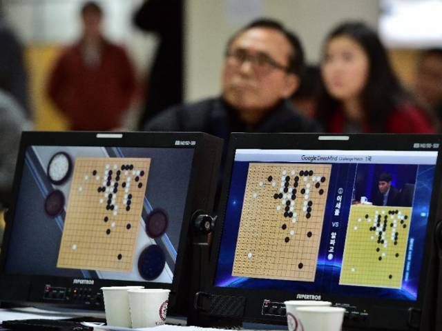 Go game fans watch a TV screen broadcasting live footage of the Google DeepMind Challenge Match, at the Korea Baduk Association in Seoul, on March 9, 2016 PHOTO: AFP