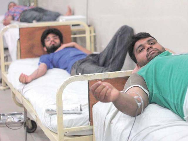 People donate blood for the Iqbal Park blast victims. PHOTO: APP