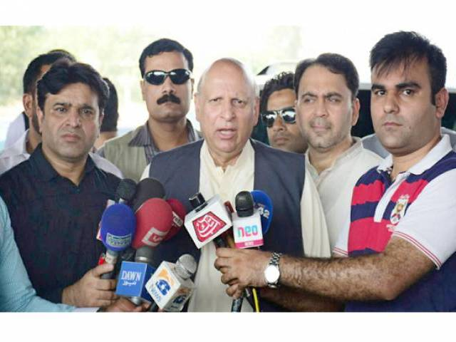 Pakistan Tehreek-i-Insaf (PTI) leader Chaudhry Sarwar speaking to journalists at Thokar Niaz Beg while proceeding to Faisalabad. PHOTO: NNI