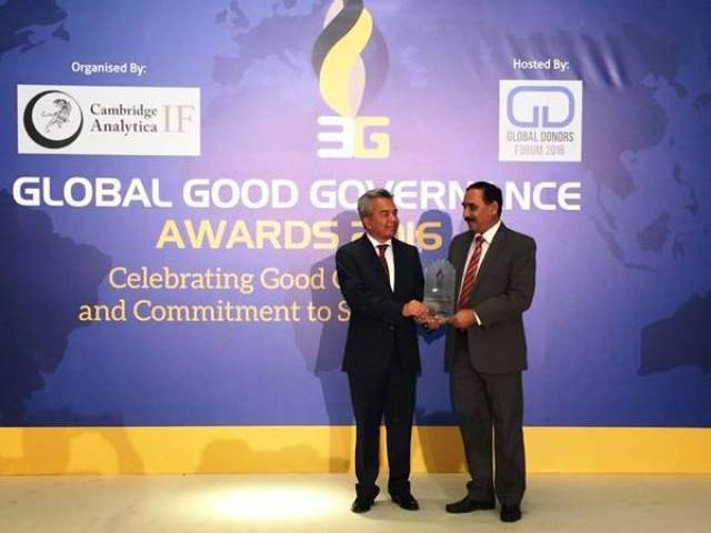Pakistani philanthropist receives award at Global Donors Forum in Istanbul. PHOTO: TWITTER