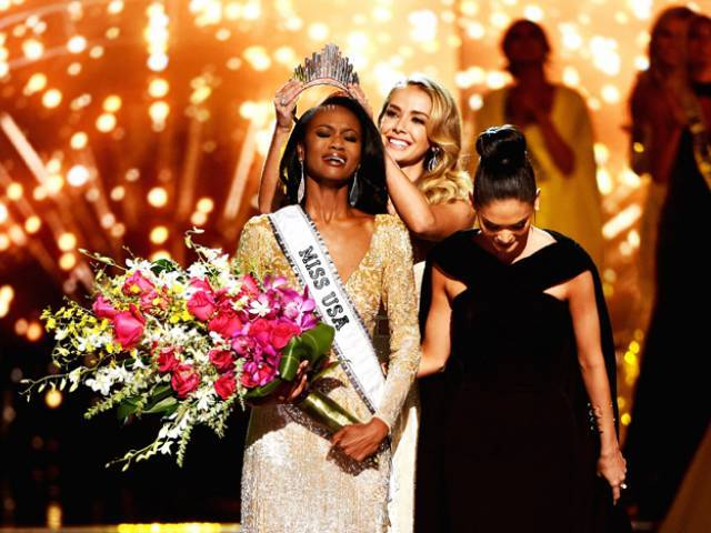 (L-R) Miss District of Columbia USA 2016 Deshauna Barber reacts as she is crowned Miss USA 2016 by Miss USA 2015 Olivia Jordan and Miss Universe 2015 Pia Wurtzbach during the 2016 Miss USA pageant on June 5, 2016 in Las Vegas, Nevada.   PHOTO: Getty Images/AFP