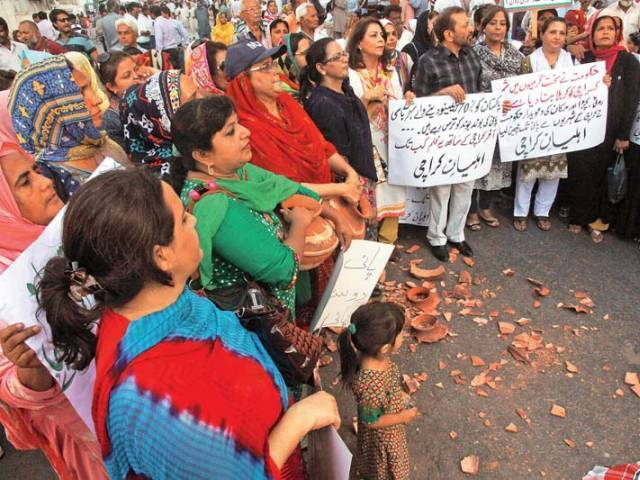 MQM leaders holding a protest outside Sindh Chief Minister House on June 5. PHOTO: ATHAR KHAN/EXPRESS