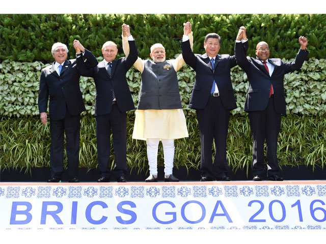 (L-R) Brazilian President Michel Temer, Russian President Vladimir Putin, Indian Prime Minister Narendra Modi, Chinese President Xi Jinping and South African President Jacob Zuma pose for a group photo during the BRICS Summit in Goa on October 16, 2016. PHOTO: AFP