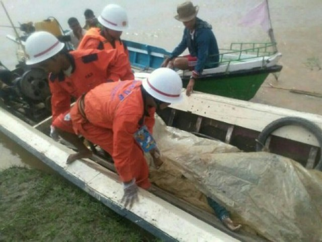In this handout photograph released by the Myanmar Fire Services Department on October 17, 2016, government rescue personnel from the Myanmar Fire Services Deparment transport a victim's body during a search operation after a ferry capsized on the Chindwin River near Monywa city in Sagaing region.