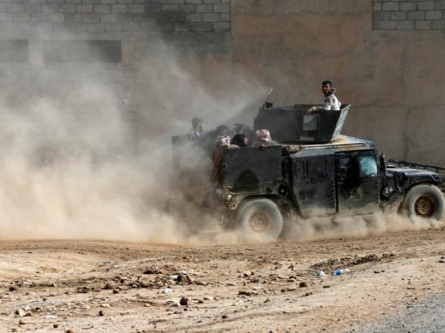 Displaced people flee Samah neighborhood in a military vehicle of the Iraqi army during a fight between the Islamic State militants and the Iraqi Counter Terrorism Service, in Mosul November 13, 2016. PHOTO: REUTERS