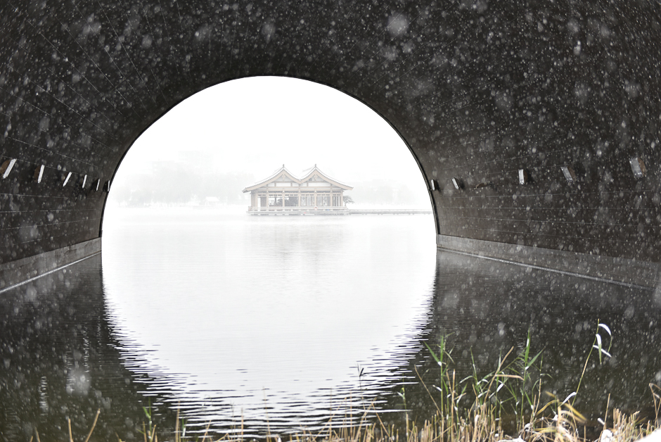 Pavilions are seen on a lake during a snow day in Xi'an, Shaanxi province, China, November 22, 2016. Picture taken  November 22, 2016. REUTERS/Stringer ATTENTION EDITORS - THIS IMAGE WAS PROVIDED BY A THIRD PARTY. EDITORIAL USE ONLY. CHINA OUT. NO COMMERCIAL OR EDITORIAL SALES IN CHINA.