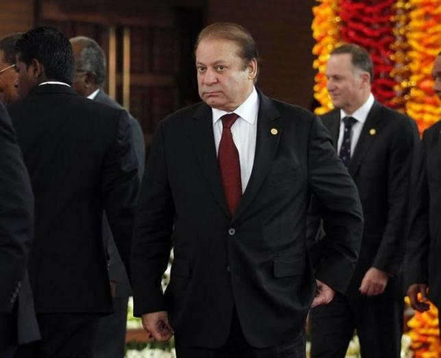 pakistans-pm-sharif-arrives-for-official-photograph-of-commonwealth-heads-of-states-during-the-chogm-opening-ceremony-in-colombo-3