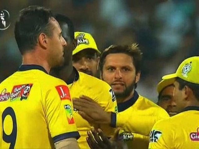 Peshawar Zalmi beat Lahore Qalandars in nail-biting finish