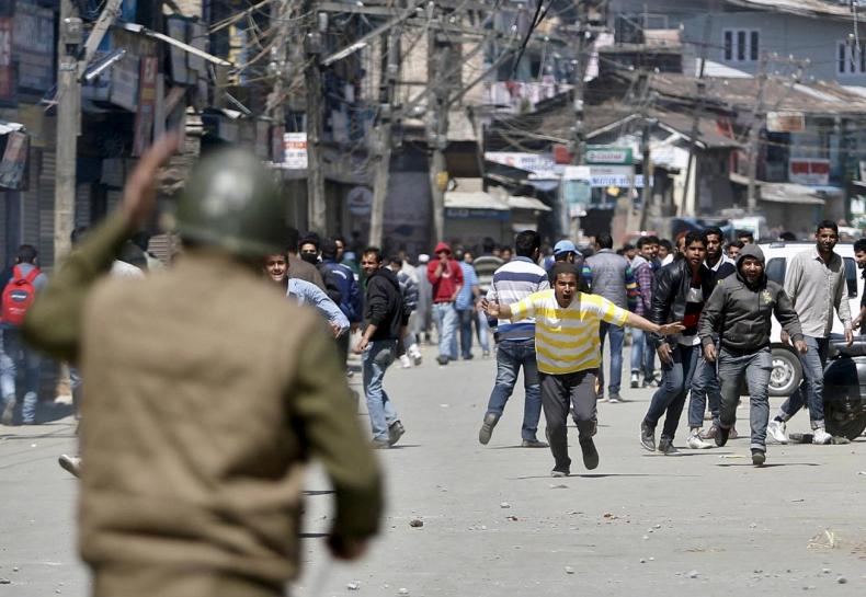 kashmiri-protesters-run-towards-indian-security-personnel-during-a-demonstration-against-the-plan-to-resettle-hindus-in-srinagar-2-2-2-2-2-2-2