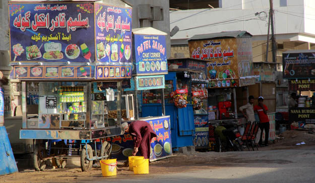 Ghazi Salahuddin Road in Dhoraji is famous for its many gola ganda vendors. As many as 40 vendors have set up carts there. PHOTO: ATHAR KHAN/EXPRESS