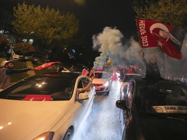 Supporters of Turkish President Tayyip Erdogan celebrate in Istanbul April 16, 2017. PHOTO: REUTERS
