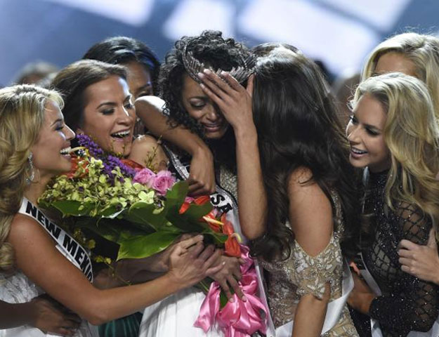 2017 Miss USA – Las Vegas, Nevada, U.S., 14/05/2017 - Miss District of Columbia Kara McCullough reacts after being crowned 2017 Miss USA. REUTERS/David Becker TPX IMAGES OF THE DAY