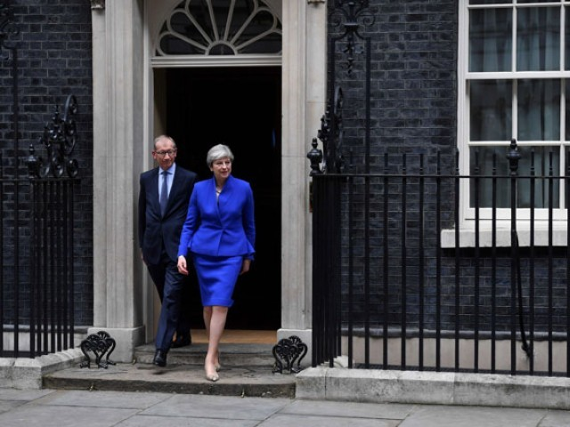 Calls for Theresa May to quit as snap election delivers hung parliament