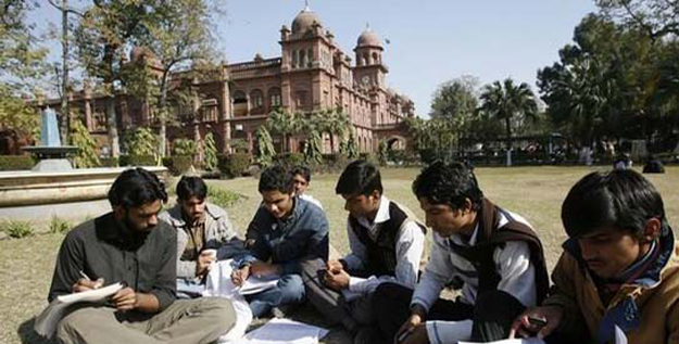 students-exchange-their-notes-after-attending-a-class-at-pakistans-punjab-university-in-lahore-3-2-2