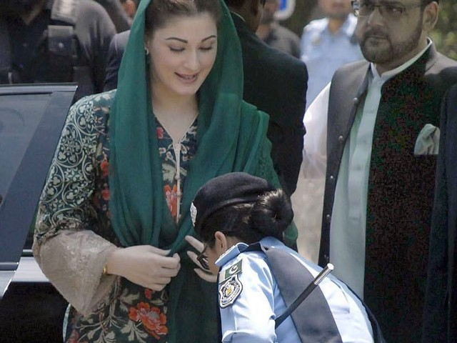 SSP Arsala Saleem picks up a pen for Maryam Nawaz from the floor as she arrives at the Federal Judicial Academy to record her statement before the JIT investigating Sharif family's offshore assets. PHOTO: ONLINE