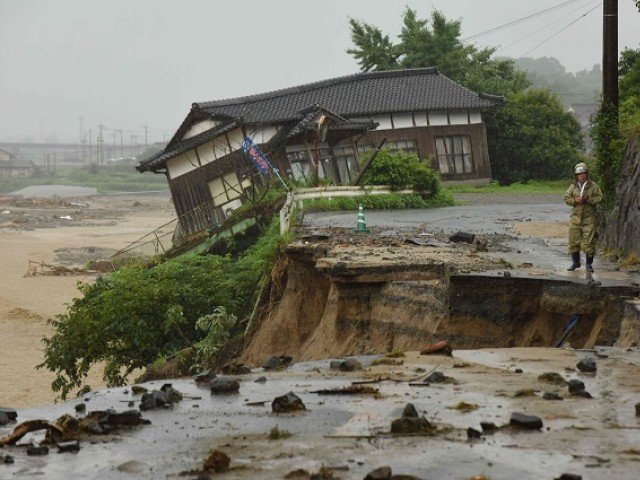 Floods in southern Japan force hundreds to flee; 2 dead