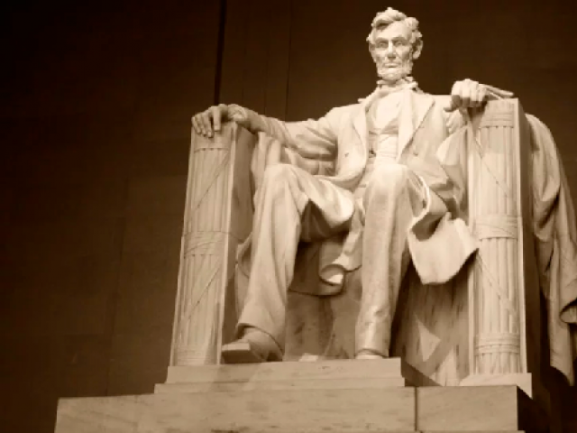 Lincoln Memorial vandalized with red graffiti