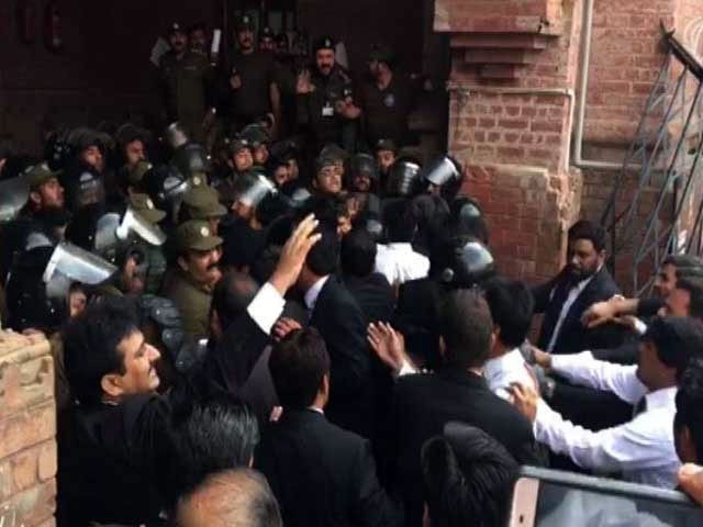Police use tear gas, water canon as lawyers turn enraged at LHC