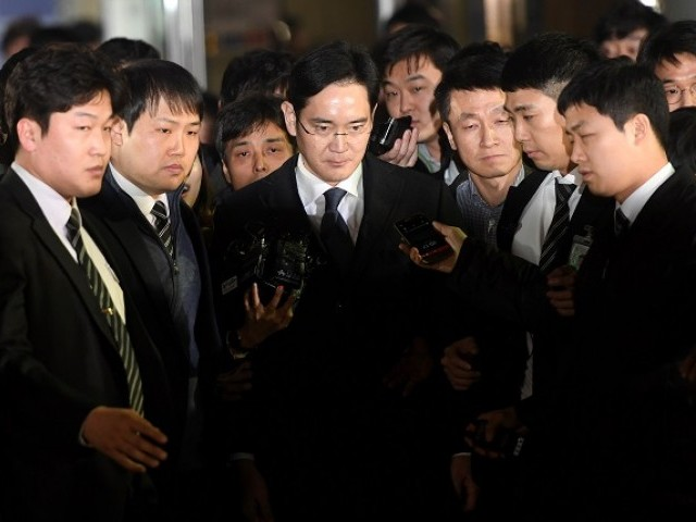 Samsung Group chief, Jay Y. Lee, leaves the Seoul Central District Court in Seoul, South Korea, February 16, 2017. Picture taken on February 16, 2017.  PHOTO: REUTERS