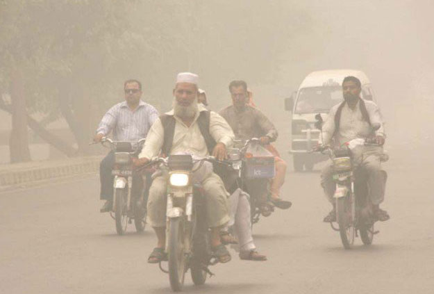 motorcyclists-drive-through-a-thick-blanket-of-smog-in-lahore-photo-express-2
