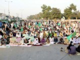 Tehreek-e-Labbaik Pakistan protesters on Karachi's MA Jinnah Road on Saturday. PHOTO: PPI