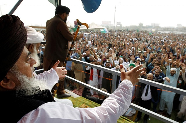 Khadim Hussain Rizvi leader of the Tehreek-e Labaik Pakistan leads members in shouting slogans during a sit-in in Rawalpindi